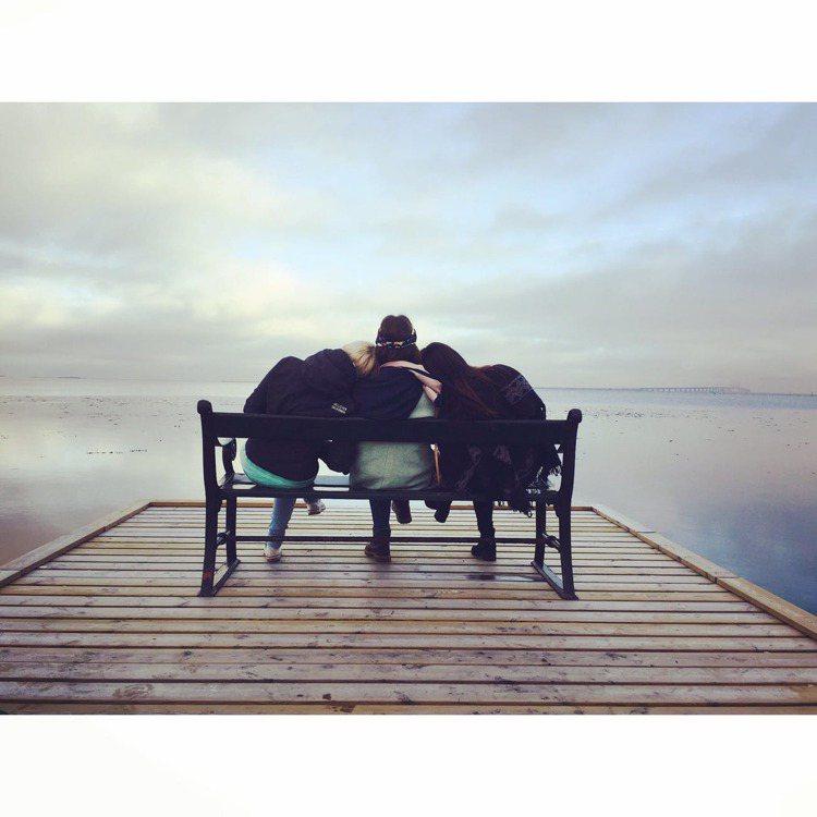 朋友是在你需要的時候,最佳的時光伴侶。圖/摘自pexels