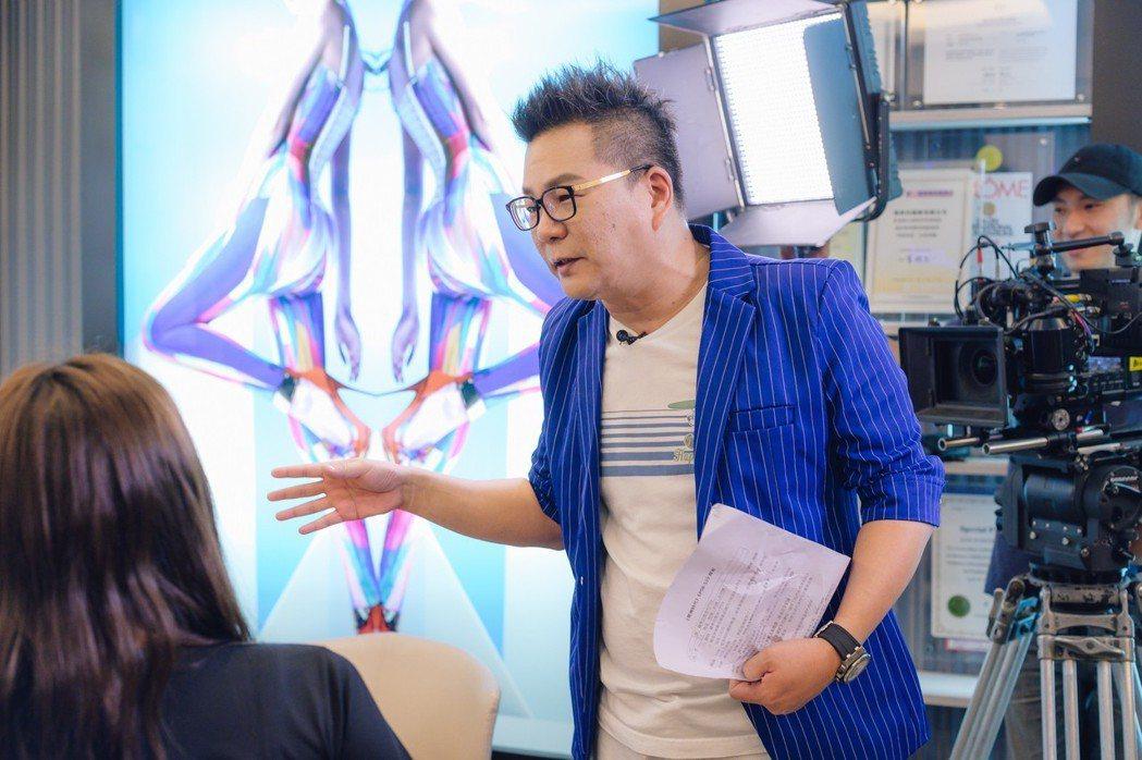 沈玉琳到「男神時代」拍戲現場,搞笑化身導演導戲。圖/東森提供