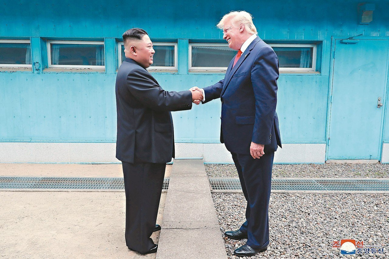 美國總統川普(右)六月卅日在南北韓非軍事區的兩韓邊界,與北韓領導人金正恩(左)握...