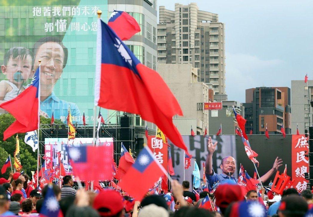高雄市長韓國瑜日前在新竹舉辦造勢活動,國民黨另一位總統初選參選人郭台銘的大型看板...