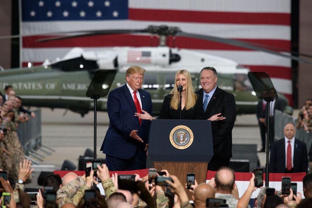 川普(左)在訪韓期間到南韓烏山空軍基地向駐韓美軍發表演說,伊凡卡(中)也一起上台...