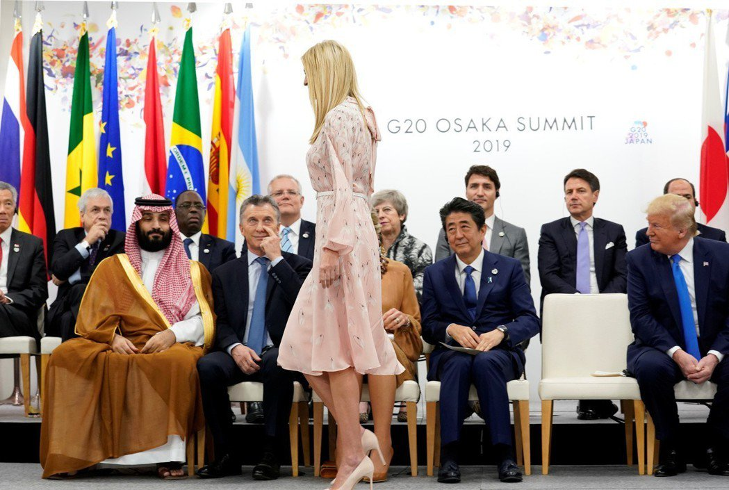 伊凡卡在G20領袖峰會中意外成為焦點,圖為她6月29日走過各國領袖面前時,所有人...