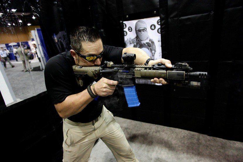 示意圖,非新聞當事人,圖為第七屆美國鳳凰城國防安全展覽會上的AR-15展示槍。路...
