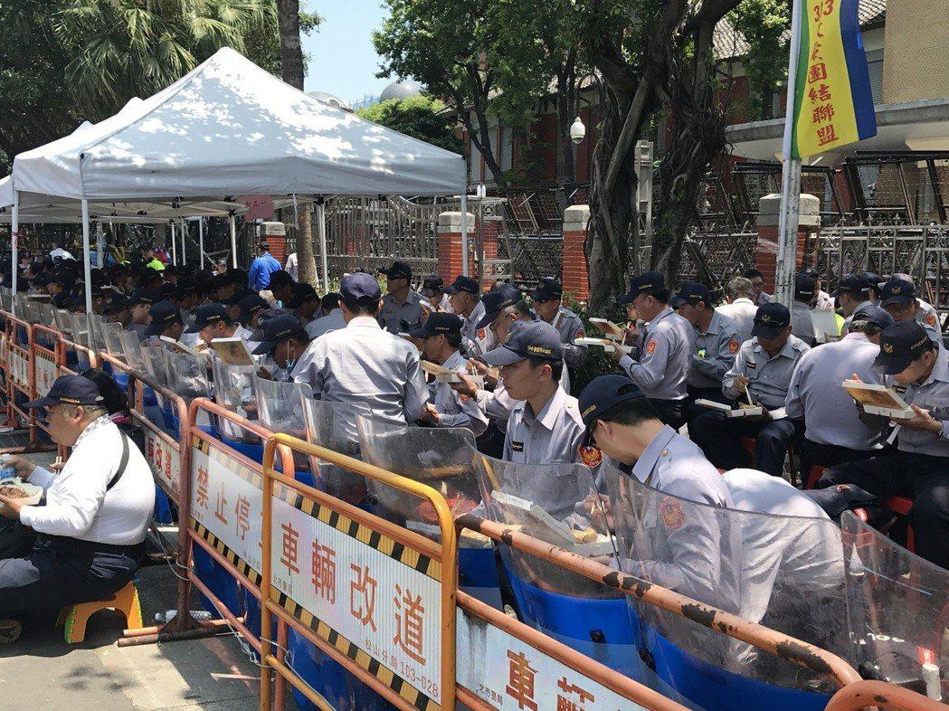 警察工作繁重辛苦,吃飯時間不固定,常常只能靠便當果腹。 圖/聯合報系資料照片