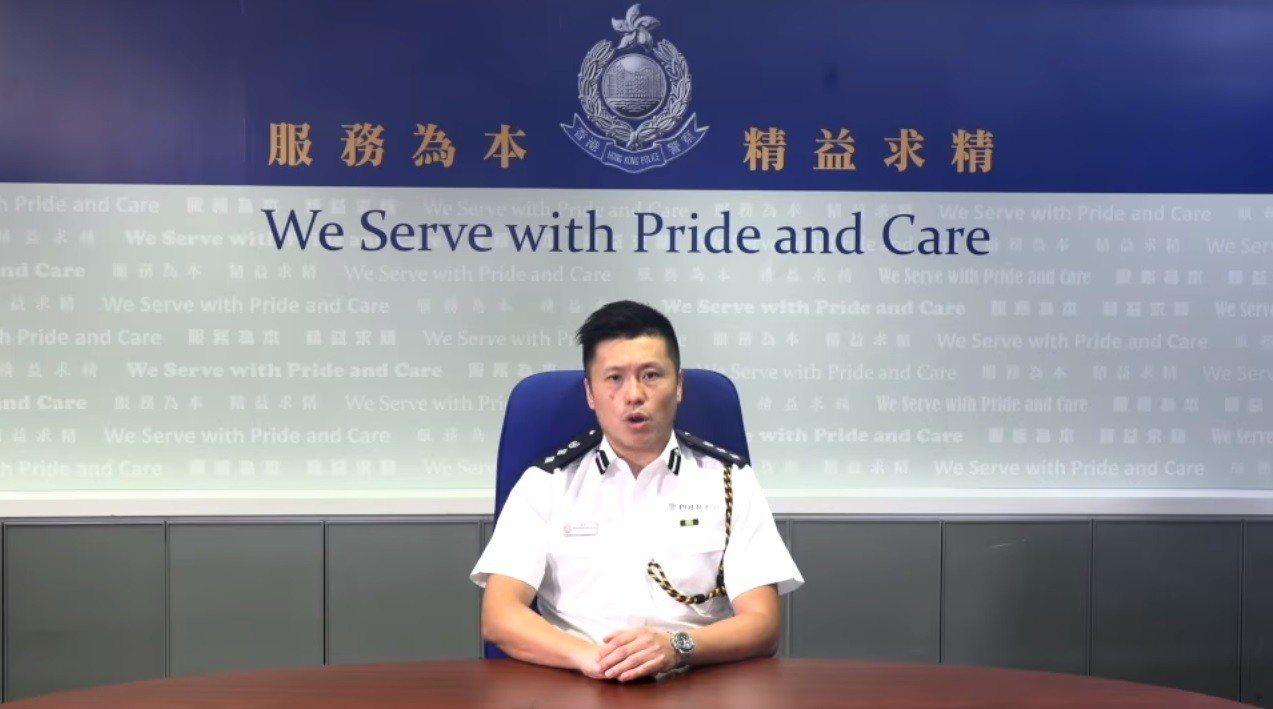 香港示威民眾昨晚9時闖入立法會議場後,香港警務處發表短片譴責。但網友發現,片中發...