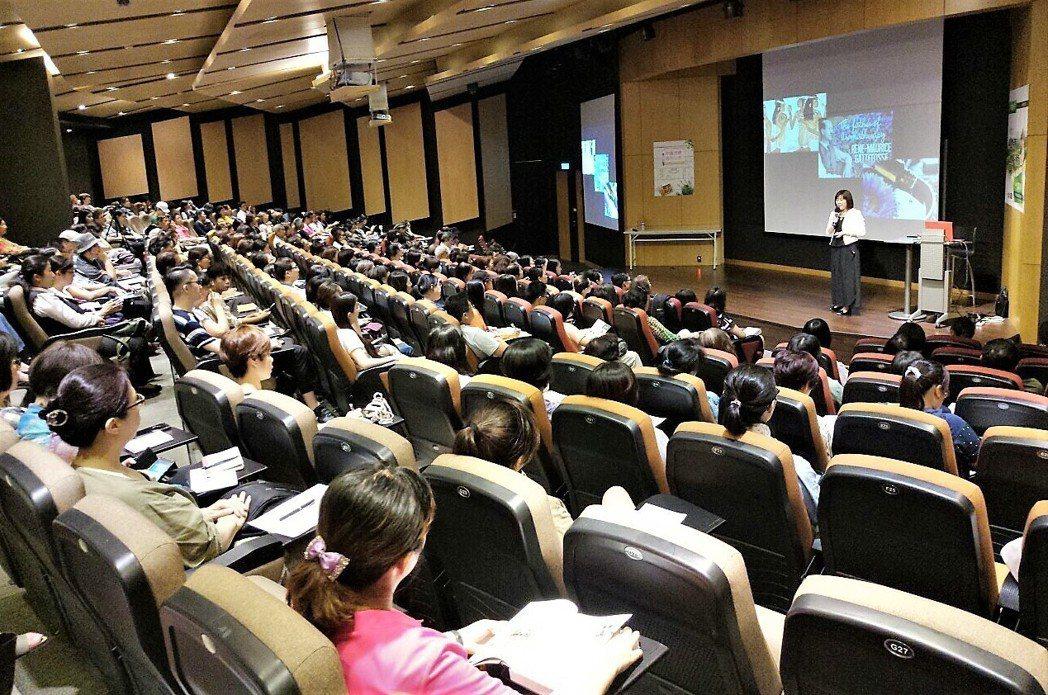 李淳廉以植物芳療啟動身心,信義學堂講座500人位置爆滿。 香草精油學院/提供