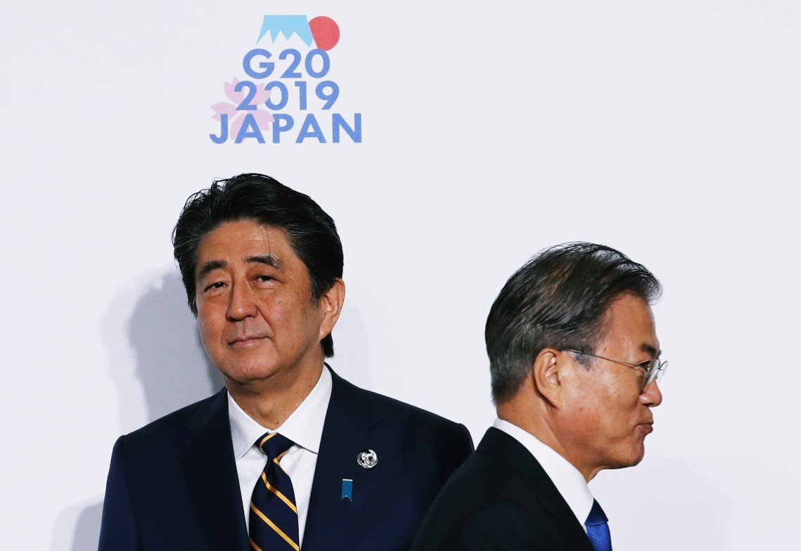 圖為G20大阪峰會上,日本首相安倍晉三與南韓總統文在寅少有的同框畫面。日本對南韓...