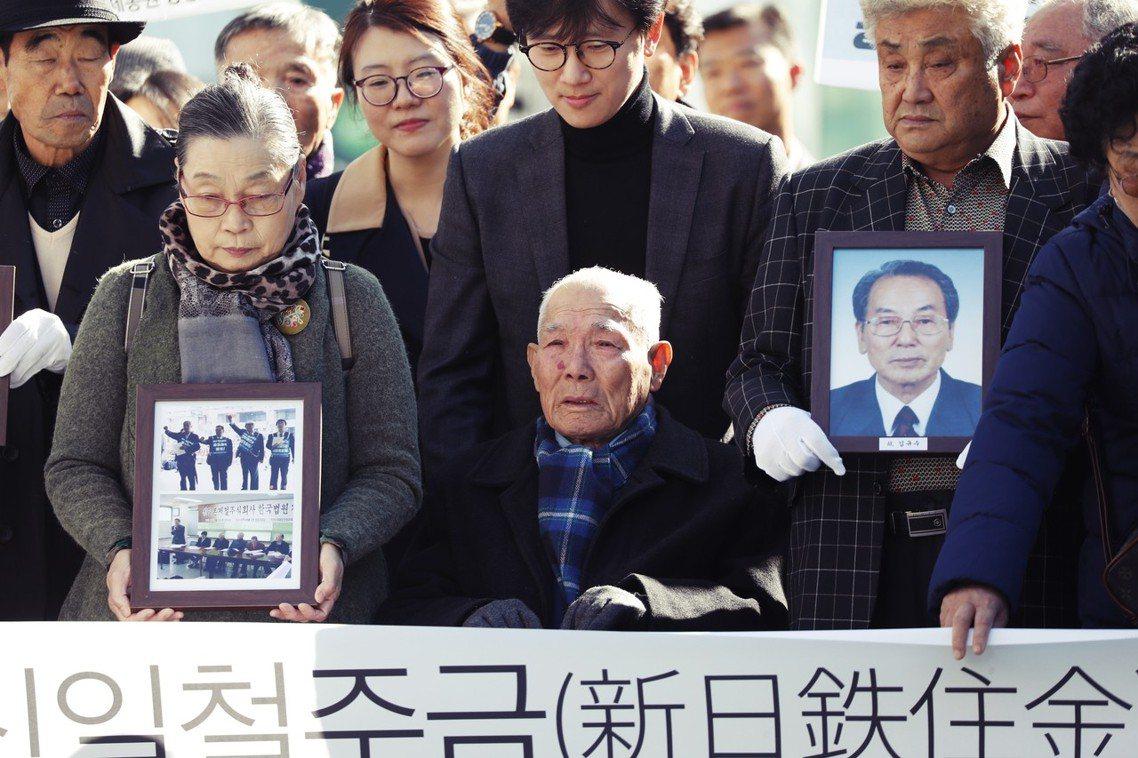 圖為等待法院判決的南韓徵用工(二戰時期被日本強徵的南韓勞工)。讓日韓雙方關係惡化...