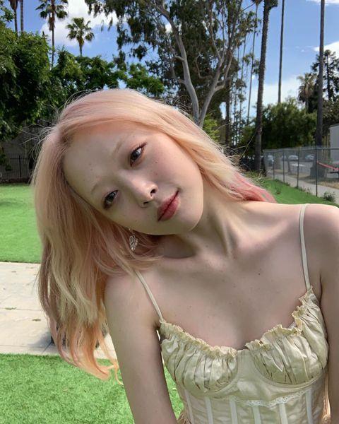 25歲韓國女星雪莉(Sulli)退出女團f(x)後一改過往清新風格,大膽的衣著言行常引起爭議。最近重回歌壇的她,正式發行SOLO曲,1日還無預警在社群網站上曬出自己的雀斑照,嚇壞許多網友。照片中,雪...