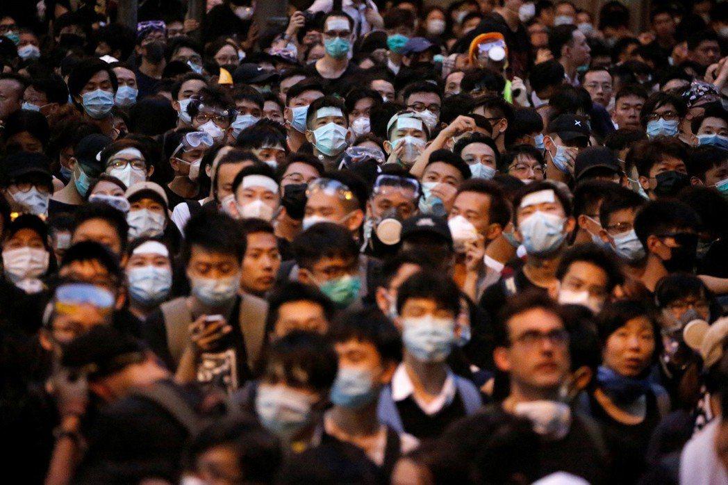 許多抗爭者都戴著口罩,媒體幾乎找不出領袖。 圖/路透社