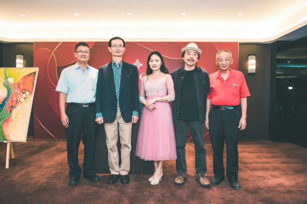 右起:盧安來校長、許自貴院長、藝術家游淑媛、邱光正藥師、陳駿逸董事長到場觀展祝賀...