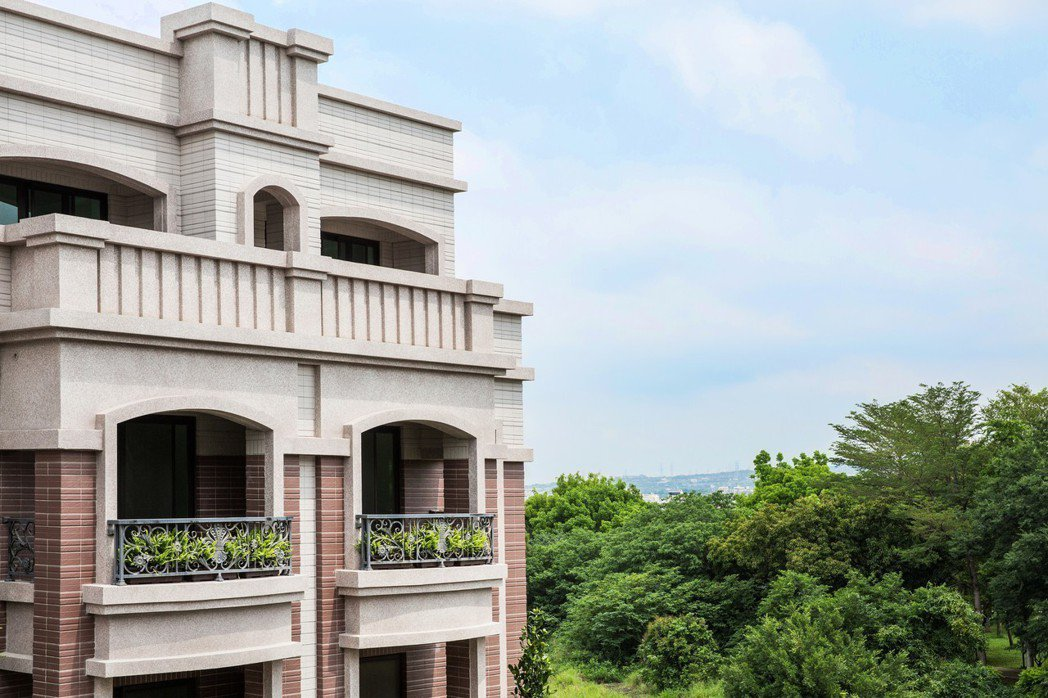 三代宅院電梯別墅,崗石花園城堡。圖片提供:富宇大美