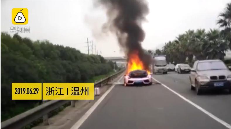大陸一名男子在公路上駕駛藍寶堅尼,不料卻因油溫過高起火自燃。圖/翻自梨視頻