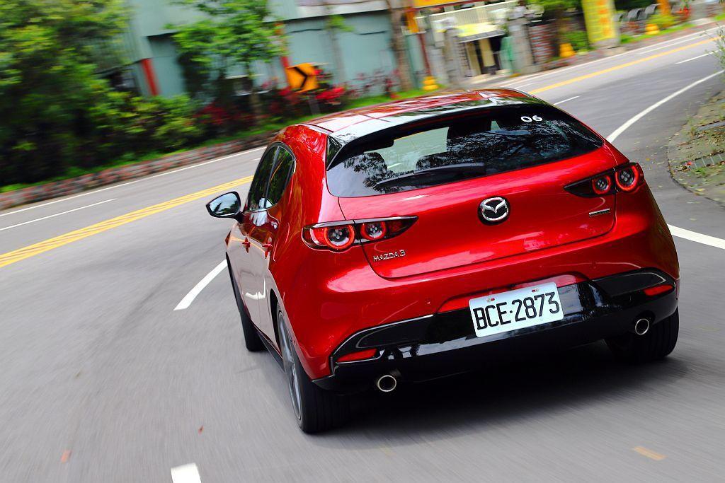 新Mazda 3的阻尼優設定讓人相當玩味,行經坑洞時能吸收彈跳進而減少震動傳遞外...
