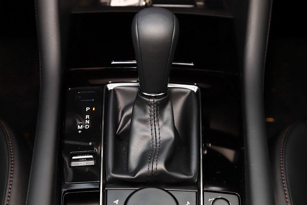 新Mazda 3仍搭配相當成熟的Skyactiv-Drive六速手自排變速系統,...