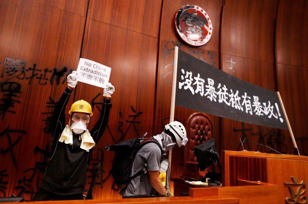 示威者在立法會內舉起「沒有暴徒祇有暴政」的布條。 圖/路透社