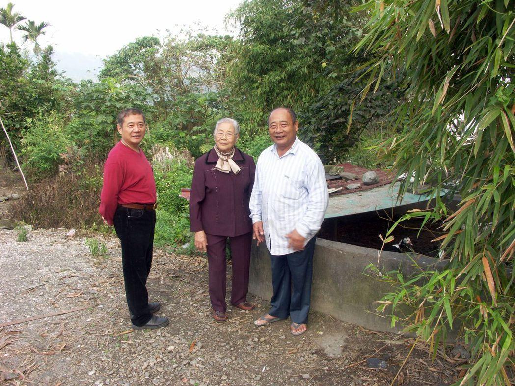 呂月嬌阿嬤帶路回到當時的「咖啡工廠」原址。 圖/花蓮縣牛犁社區交流協會提供