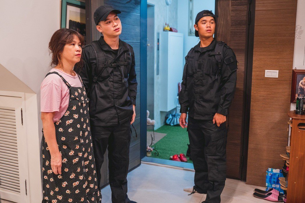 高爾宣(左二)請來哥哥高爾賢(右)執導並在MV中軋一角,媽媽也力挺到底。圖/陶山