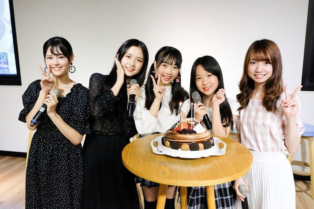 小山美玲(左起)、李孟純、張羽翎、高硯晨、潘姿怡開心慶祝生日。圖/好言娛樂提供