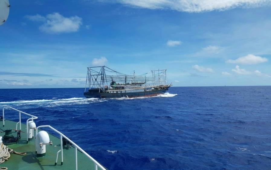 大陸鐵殼魷釣漁船「港發漁98135號」,昨越界駛入台東蘭嶼海域,海巡署第15海巡...