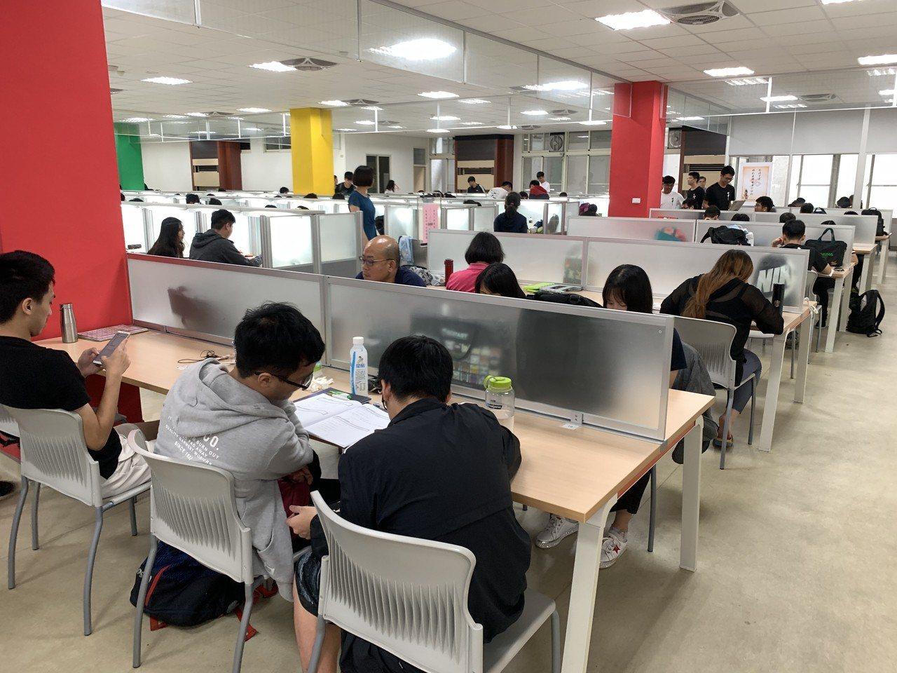 大學指考第二天第一節數乙考試,中部考生普遍認為,比去年簡單,排列組合、機率命題比...