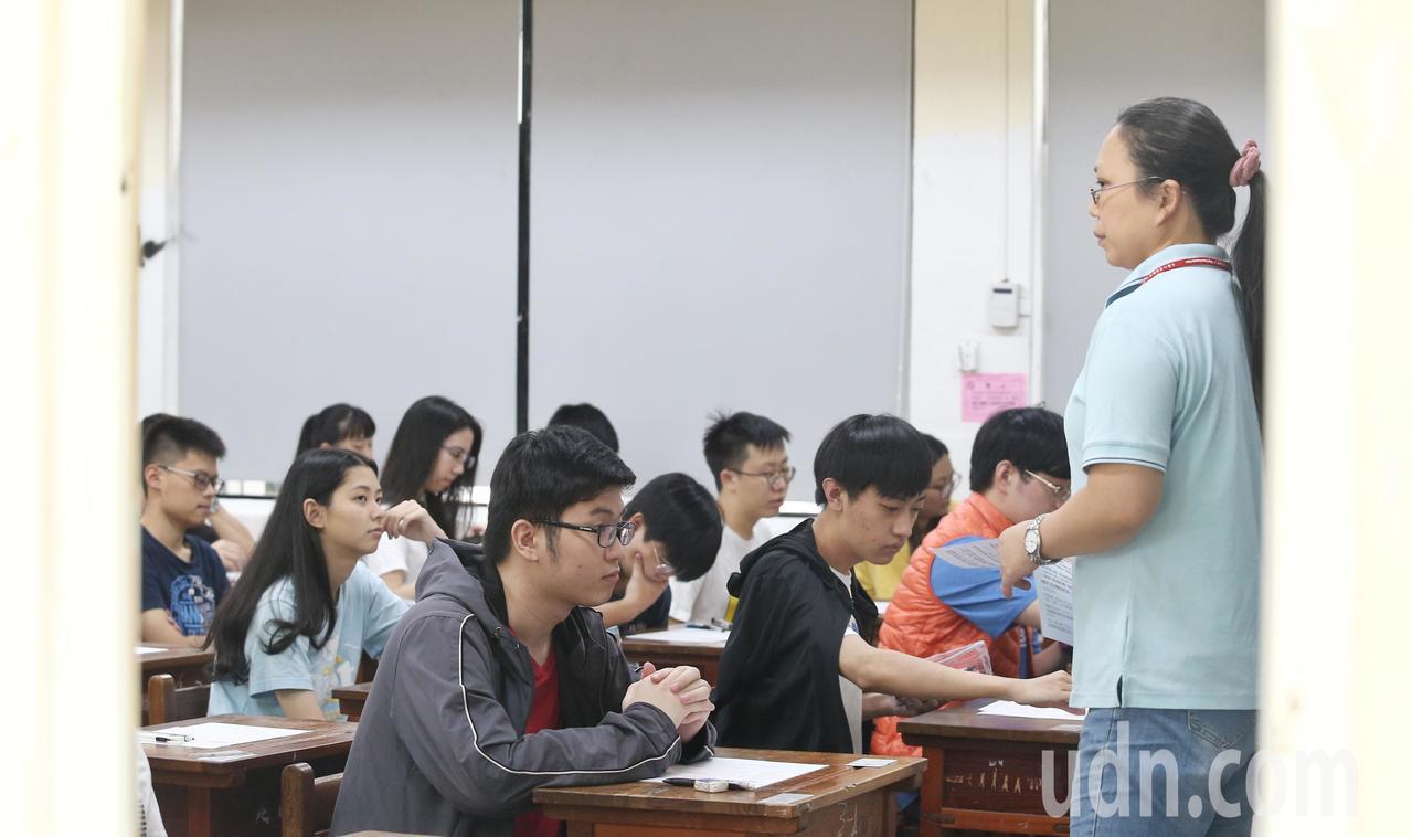 108學年度指定科目考試第二日,考數學、國文、英文。記者曾原信/攝影