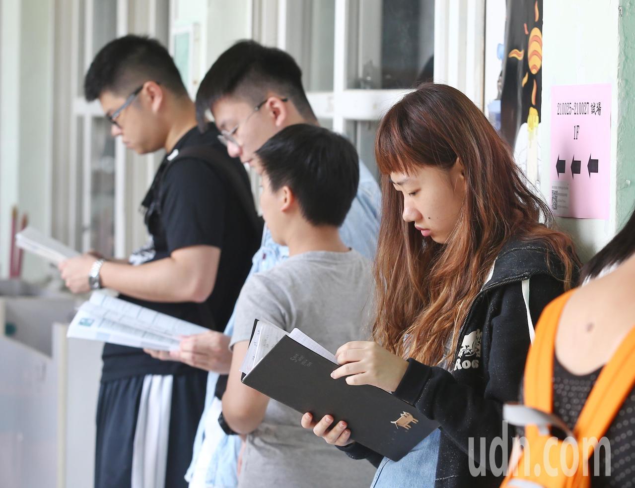 108學年度指定科目考試第二日,考生在考場走廊抓緊時間複習。記者曾原信/攝影
