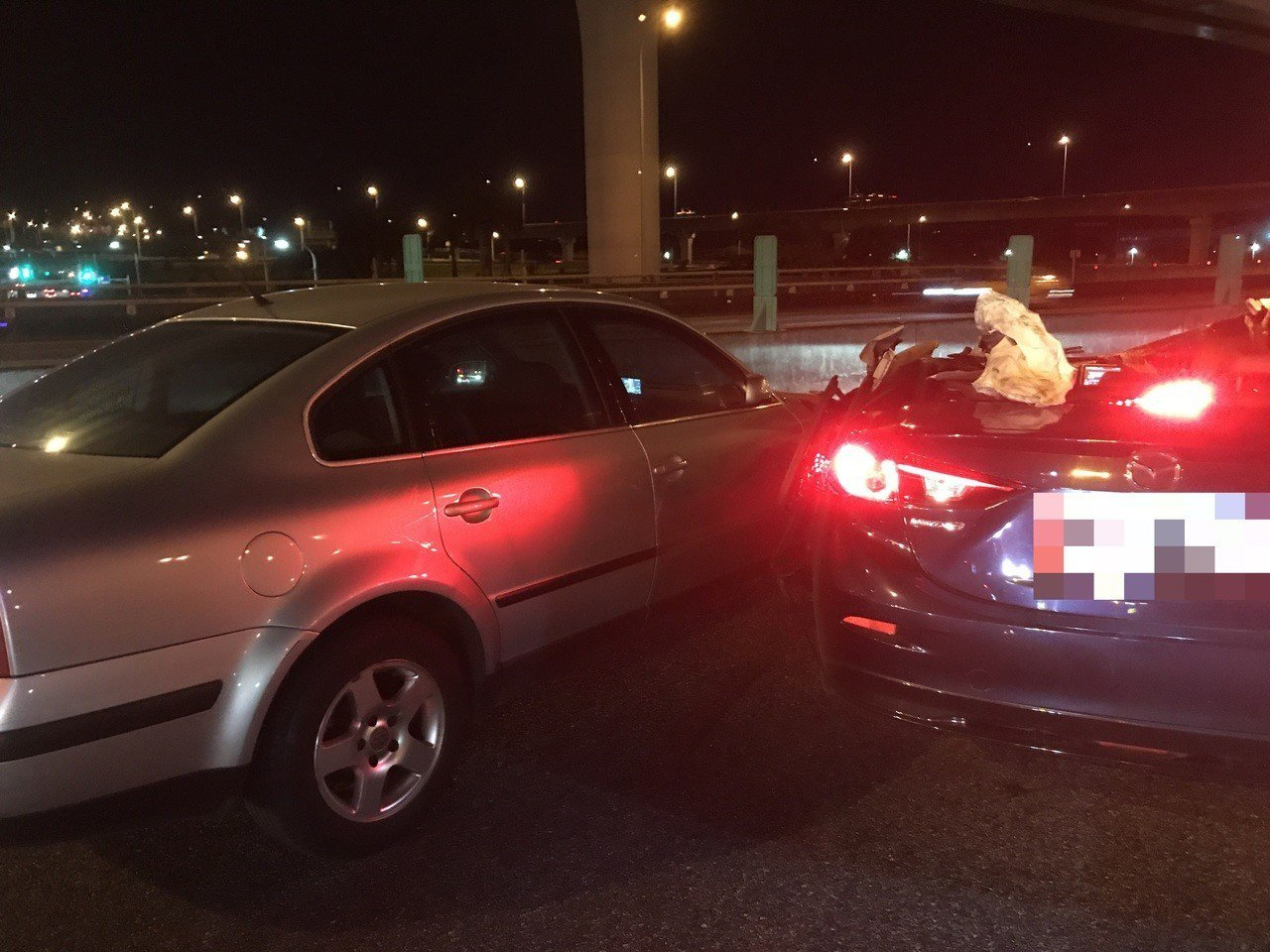馬自達轎車(右)彈回車道,又撞上另1輛路過的轎車。記者林昭彰/翻攝