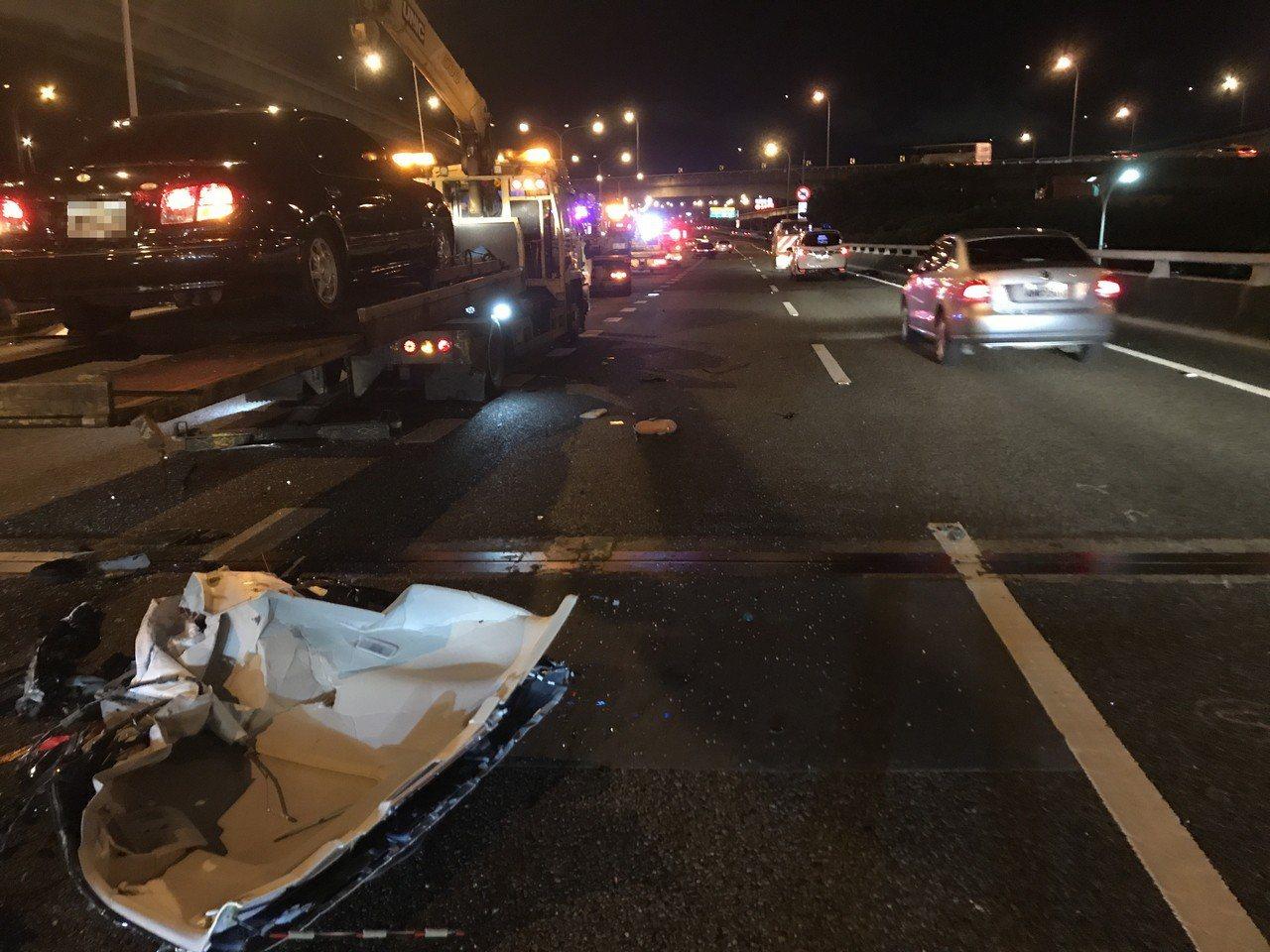 拖吊車在高速公路中線車道上作業,後方轎車閃避不及高速追撞,車頂像被刀片削斷整個掀...