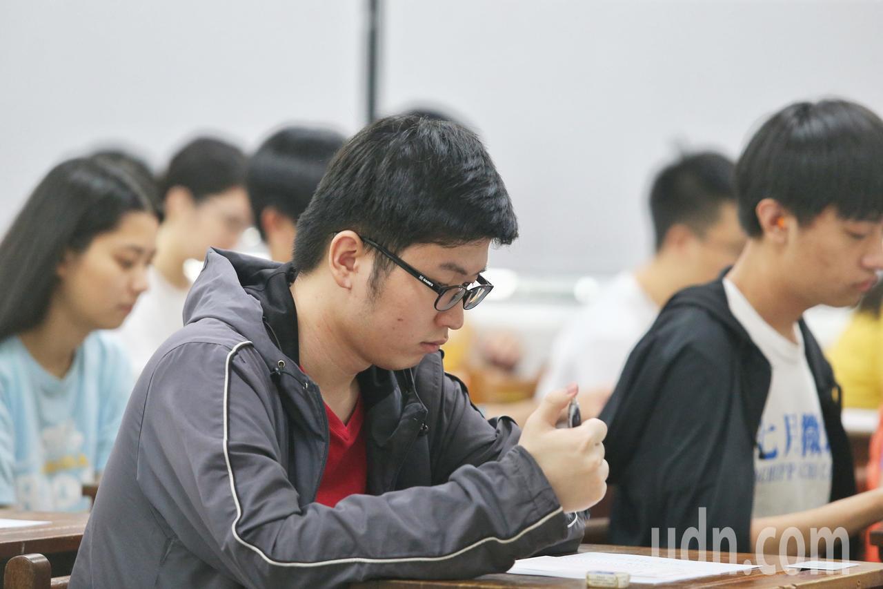 108學年度指定科目考試第二日,考試鈴響考生飛快下筆。聯合報系記者曾原信/攝影