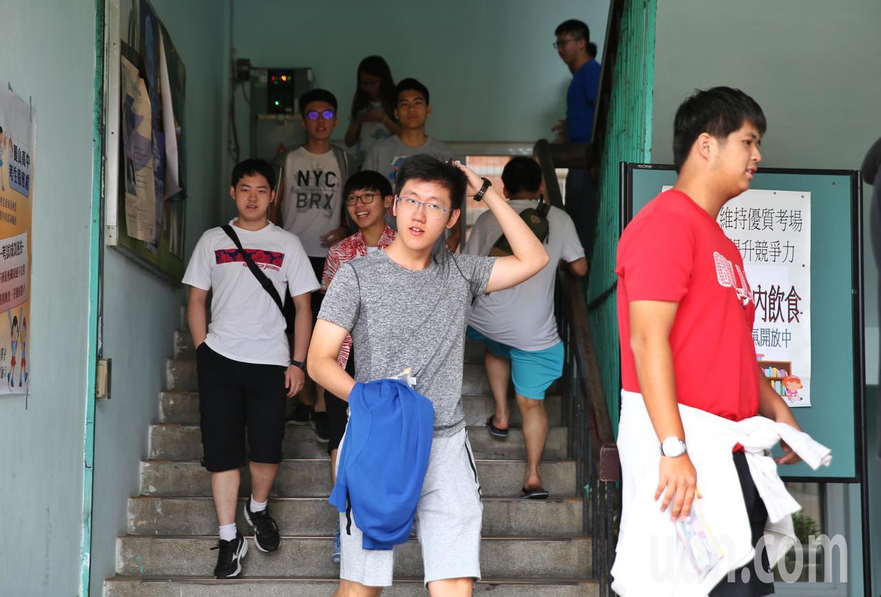大學指考第二天登場,共考數乙、國文、英文、數甲四科。記者曾原信/攝影