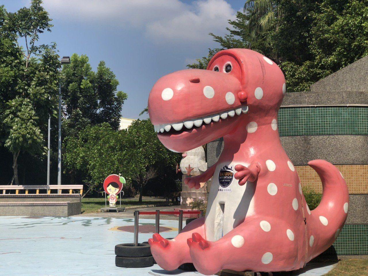 7月19日至8月31日在新竹大遠百一樓大門會有4米高的百果山粉紅恐龍扭蛋機。圖/...
