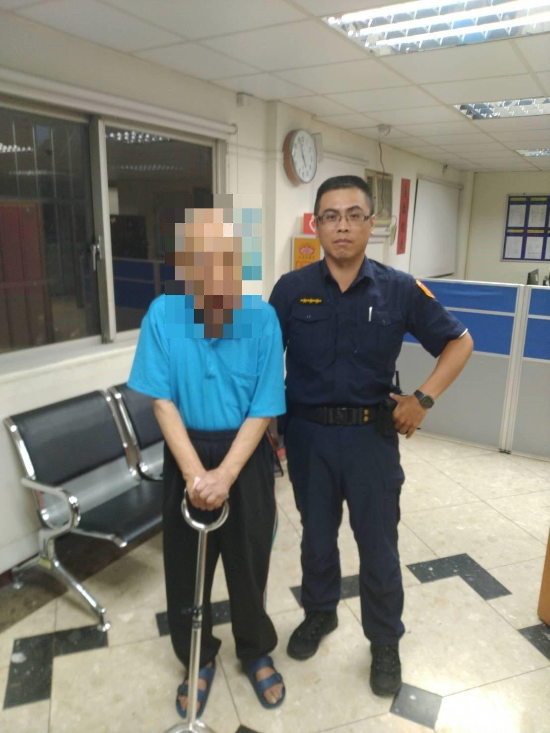 警方協助老翁失智返家。圖/記者廖炳棋翻攝