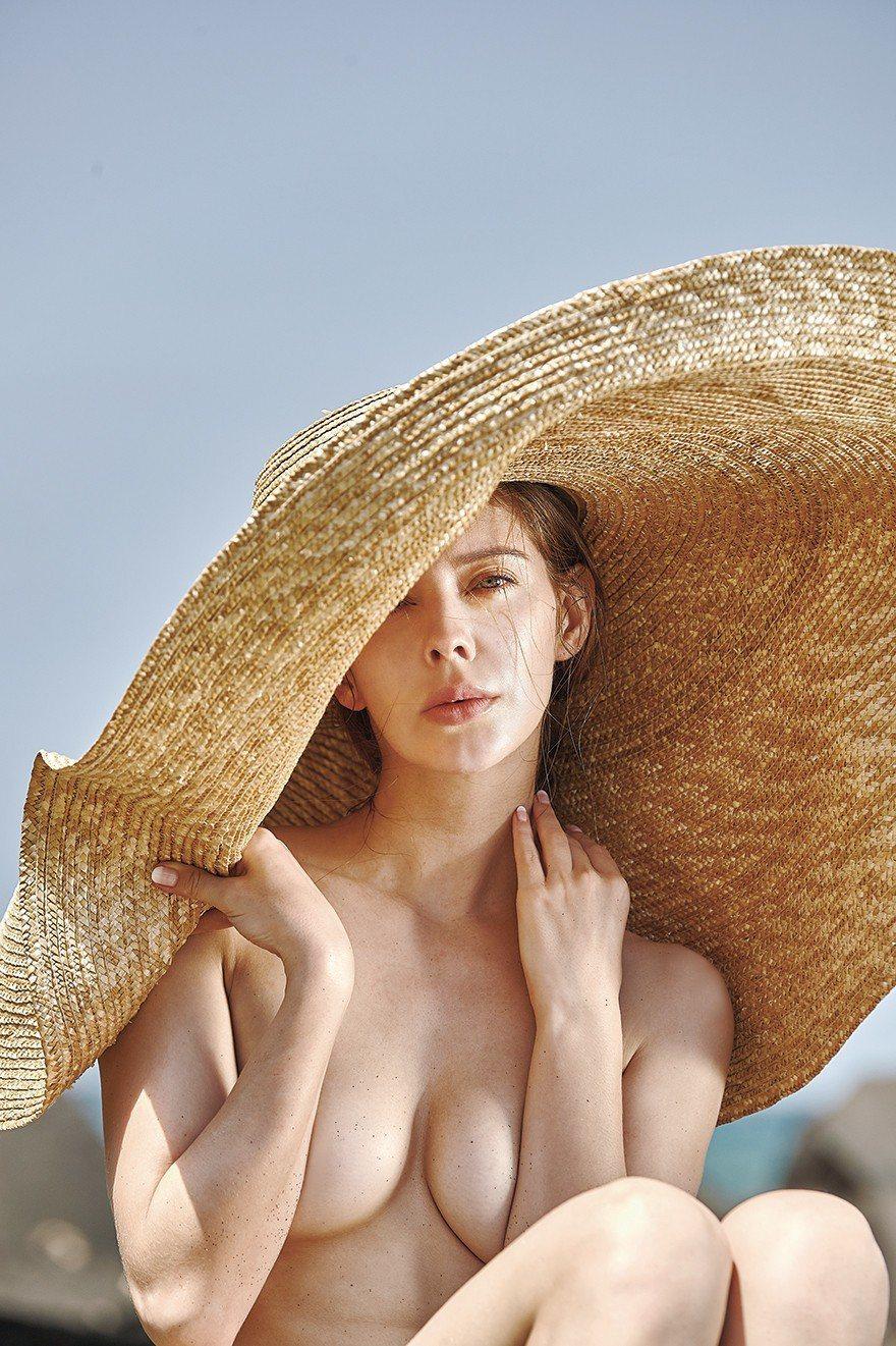 俄羅斯美女安妮拍全裸寫真,火辣噴鼻血。圖/伊林娛樂提供