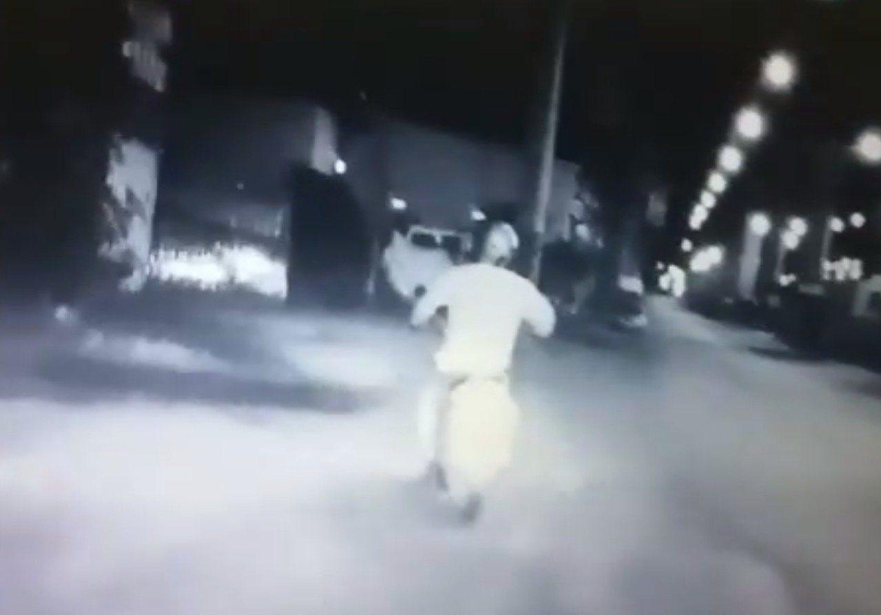 陳姓男子酒駕逆向行駛被警察看見,他先假意停車受檢,卻加速逃逸,最後還是被抓到。記...