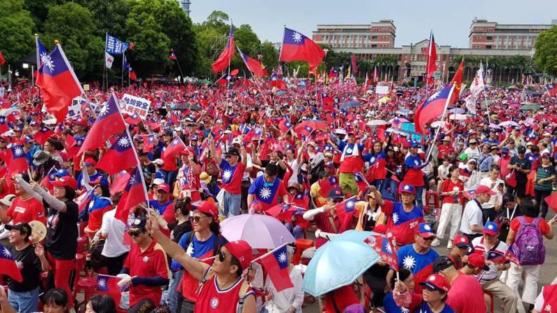 高雄市長韓國瑜在縣府前內、外廣場所舉辦的「決戰2020 贏回台灣」造勢大會,因場地借用縣府內廣場(照片的後方),一度引發爭議。圖/本報資料照片