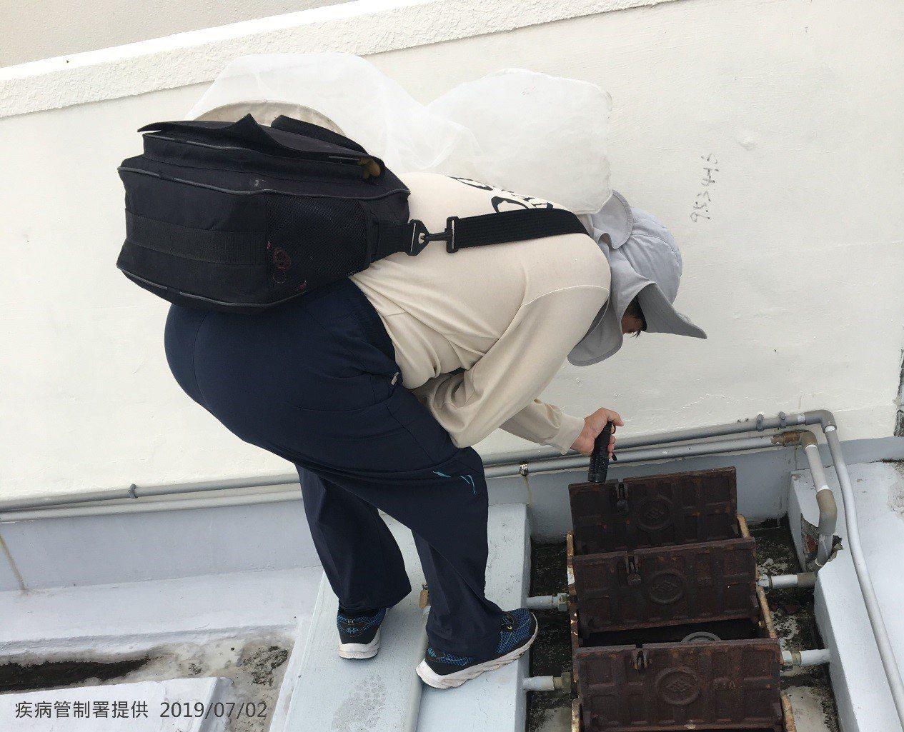 疾管署防疫人員,於台南市中西區開山里進行孳生源查核。圖/疾管署提供