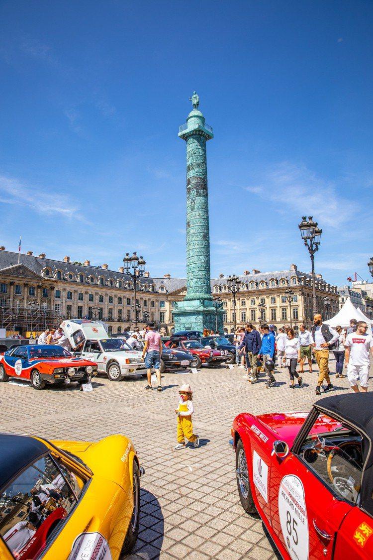 今年在巴黎的地標「凡登廣場」匯集了來自世界各地,熱衷於賽車運動的女性好手,一同參...