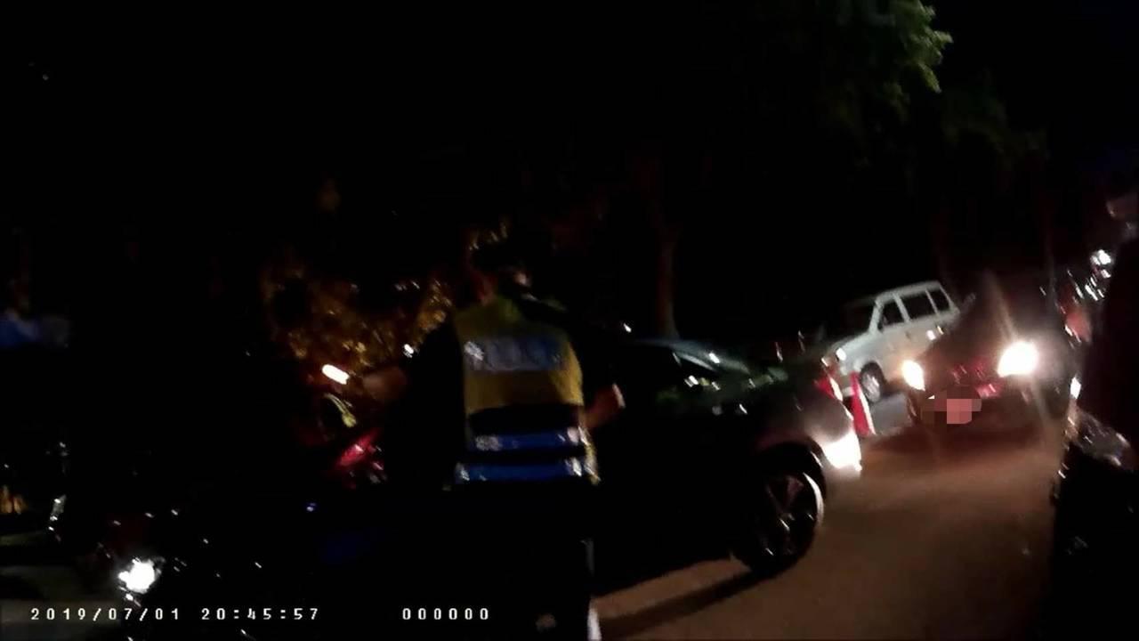 台中市第六警分局昨天晚間8時許在西屯區福科路、東大路路檢時,一名駕駛闖路檢點逃逸...