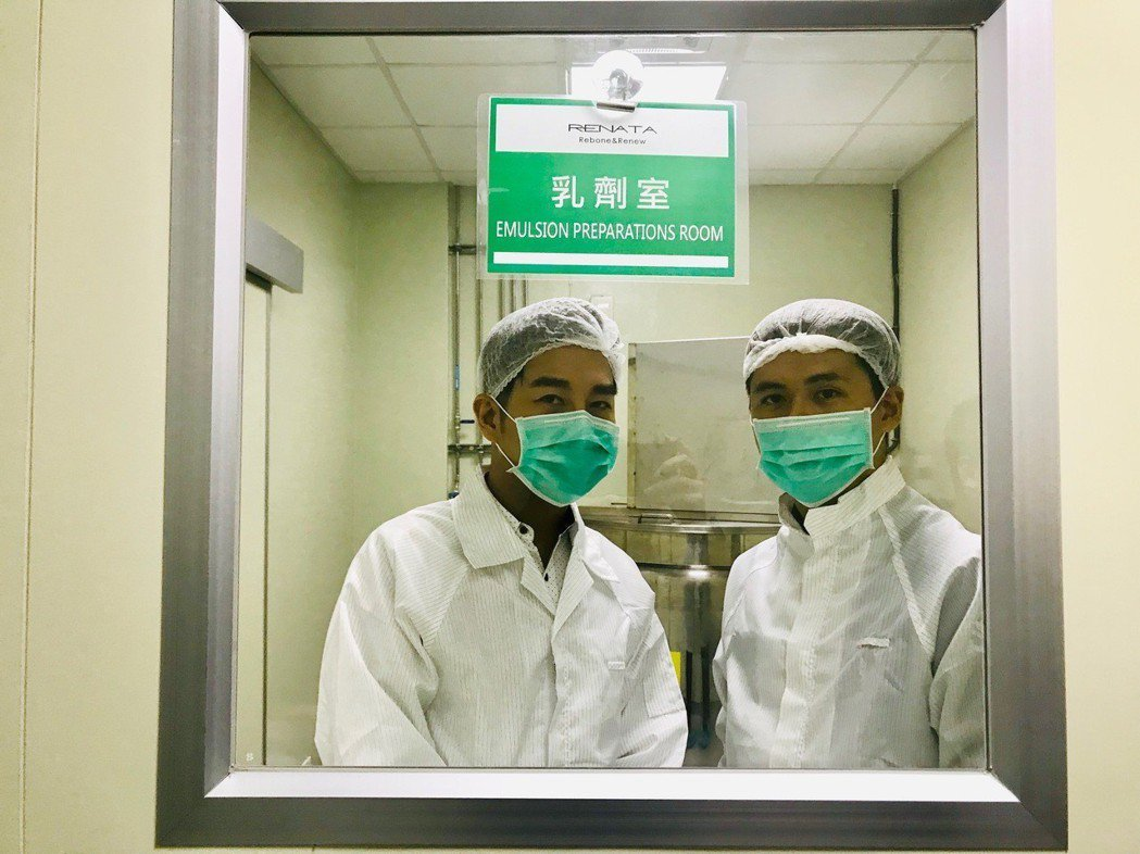 謝承均(左)推出自有品牌洗髮精。圖/星之國際提供