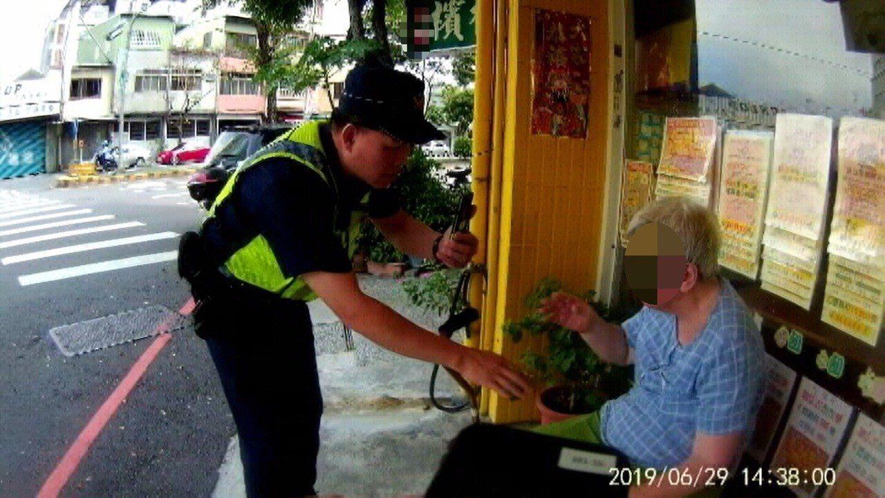 台中市第三警分局健康所上月底協助體力不支、跌倒在地的林姓老嬤返家。圖/第三警分局...
