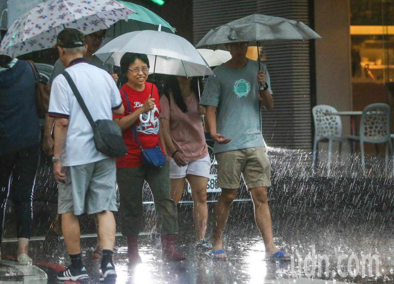 中央氣象局下午發出大雨特報,台南市等4縣市要注意瞬間大雨。 聯合報系資料照片/記...