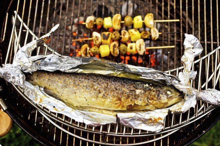 使用鋁箔紙煮熟食材,建議食材加熱後,再添加具酸性調味料,如醋、檸檬、番茄醬等。圖...