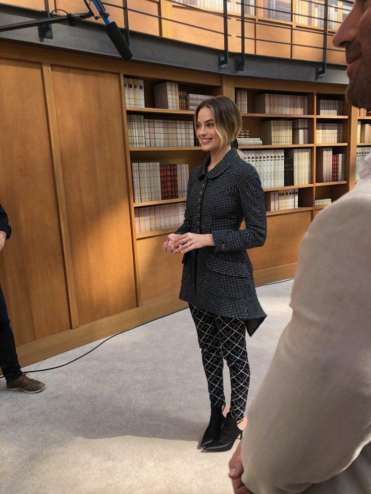 香奈兒品牌大使瑪格羅比秀後接受訪問。記者孫曼/攝影