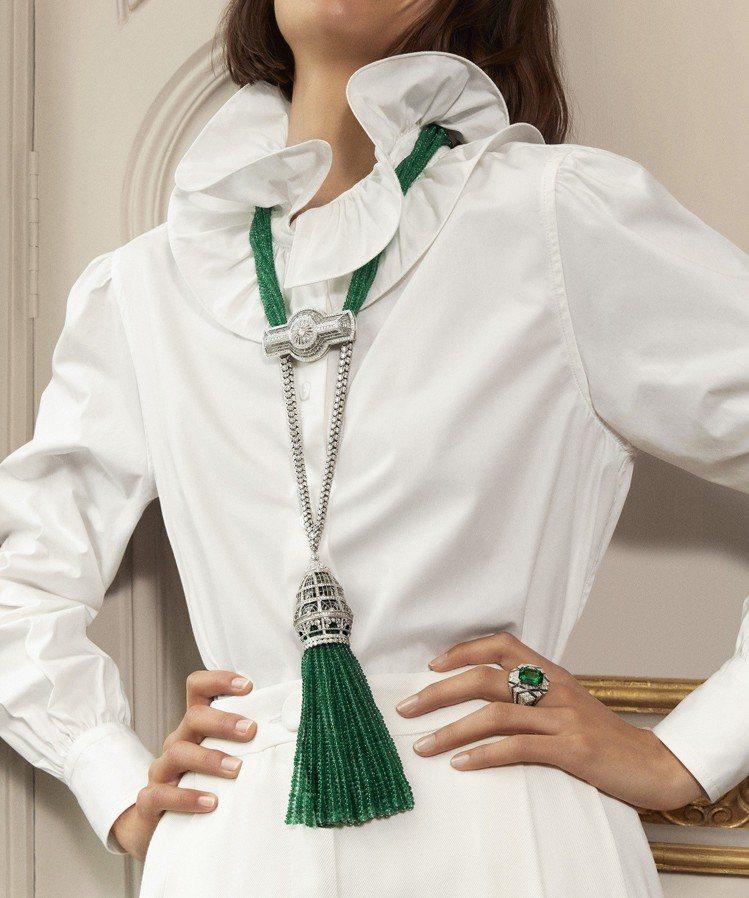 模特兒演繹VERRIERE玻璃穹頂項鍊,18K白新鑲嵌鑽石、水晶和祖母綠珠。圖/...