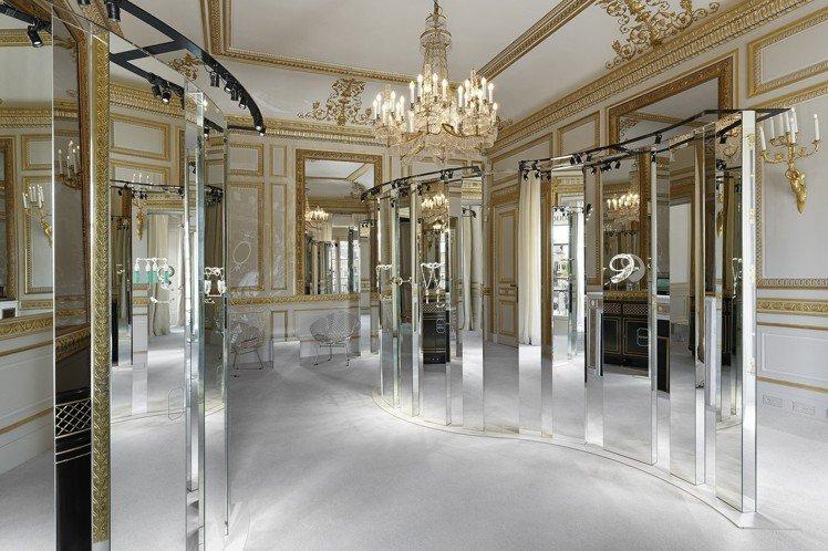 展出空間原本是供VIP預定入住的公寓,如屏風的鏡面陳設和愜意穿梭的模特兒帶出家的...