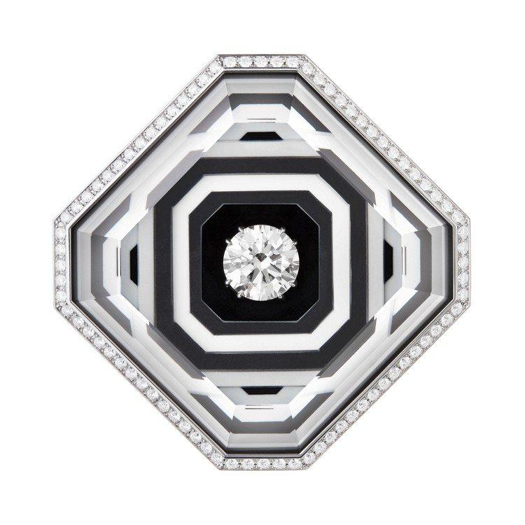 26V項鍊的鍊墜,寶石採3D鑲嵌縞瑪瑙、白水晶和白瑪瑙,中央鑽石為5.22克拉。...