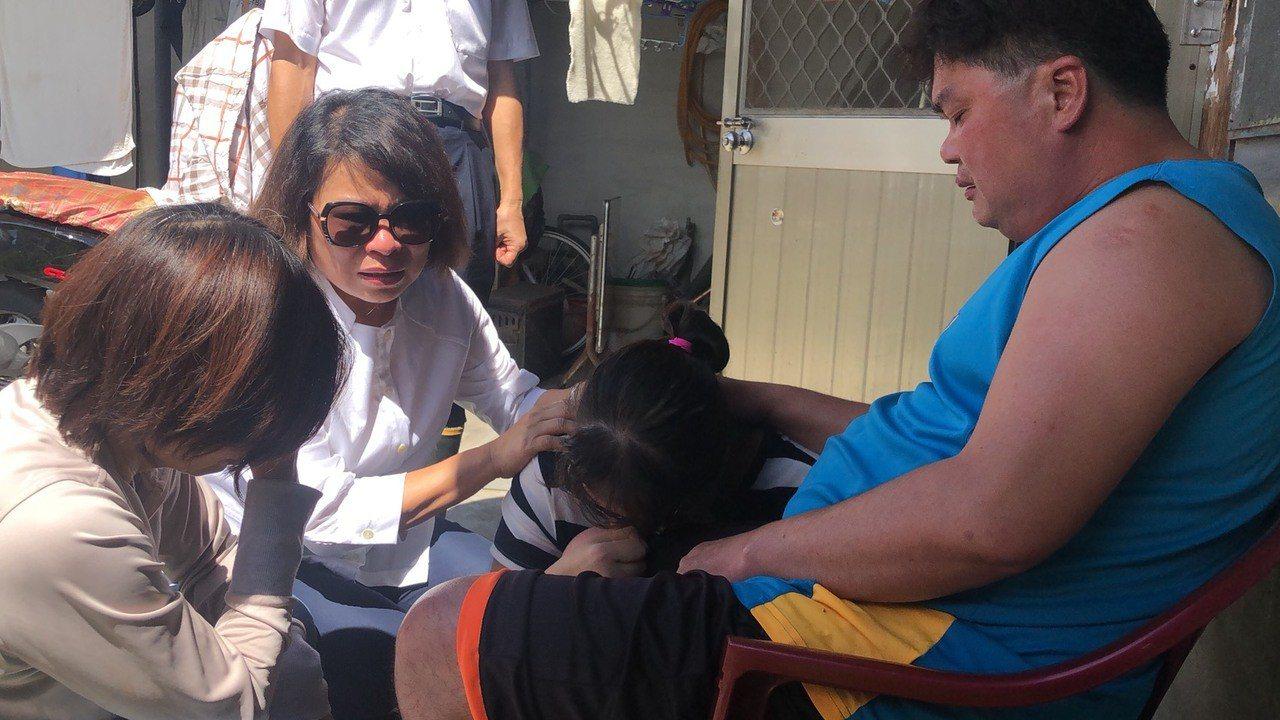 嘉義市美源街日前發生民宅火警,造成2名女童身亡,市長黃敏惠(左二)前往慰問也忍不...