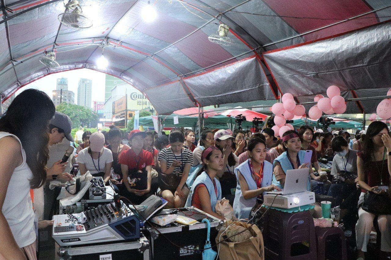 長榮罷工第13天,下午3點左右突然下起暴雨,但仍澆熄不了罷工空服員的熱情,在工會...