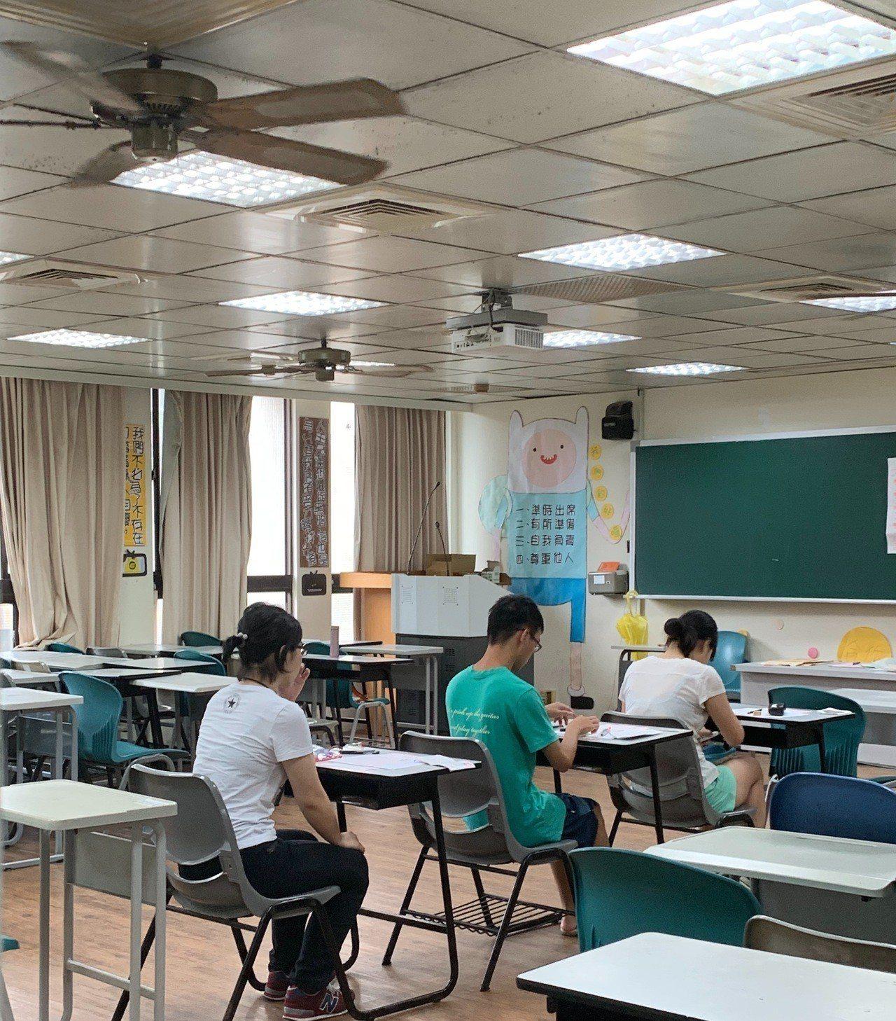 考生努力衝刺大學指考。記者徐如宜/攝影